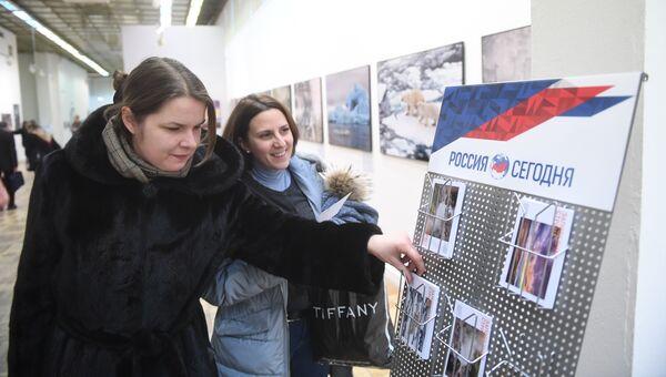 Посетители V общероссийского фестиваля природы Первозданная Россия в Центральном доме художника в Москве