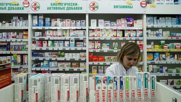 Провизор во время работы в аптеке