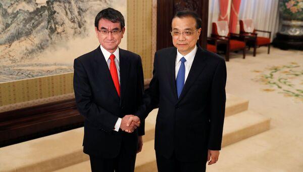 Министр иностранных дел Японии Таро Коно и премьер-министр Китая Ли Кэцян в Пекине. 28 января 2018