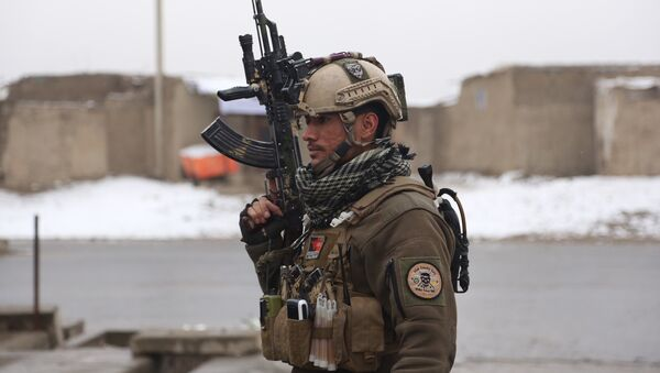 Сотрудник афганской службы безопасности возле военной академии в Кабуле. 29 января 2018