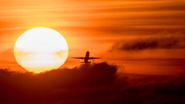 Летящий самолет Airbus. Архивное фото