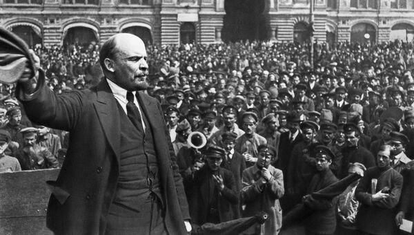 Владимир Ильич Ленин произносит речь в день празднования второй годовщины войск Всевобуча на Красной площади в Москве. 25 мая 1919