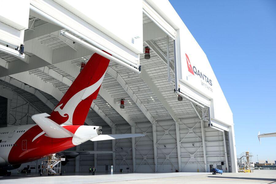 Самолет компании Qantas в ангаре
