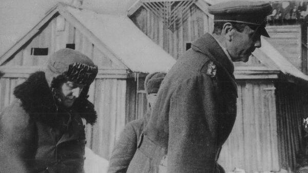 Пленного генерал-фельдмаршала Паулюса и его адъютанта конвоируют в штаб 64-й армии. 31 января 1943