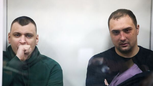 Двое из пятерых бывших бойцов спецподразделения МВД Беркут в Святошинском районном суде Киева. 30 января 2018