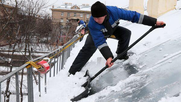 Очистка крыш от снега в Москве