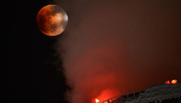Суперлуние и частичное солнечное затмение, наблюдаемые в Новосибирске вблизи градирен ТЭЦ-5