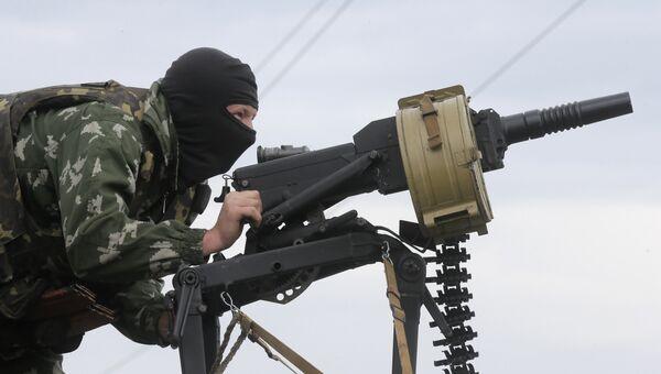 Военнослужащий вооруженных сил Украины ведет огонь из гранатомета. Архивное фото