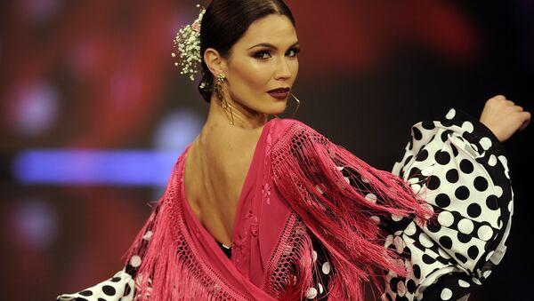 Модель во время показа коллекции дизайнера Lina на международной неделе моды фламенко в Севилье, Испания. 1 февраля 2018 год