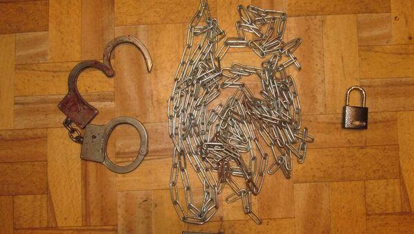 Наручники и цепь, которыми мать приковывала дочь в Рошале