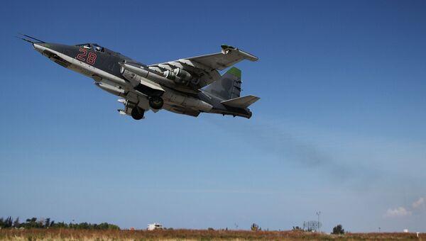 Российский штурмовик Су-25 взлетает с авиабазы Хмеймимв Сирии
