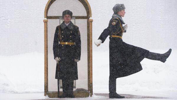 Военнослужащие роты почётного караула Президентского полка РФ у Вечного огня на Могиле Неизвестного Солдата у стен Московского Кремля. Архивное фото