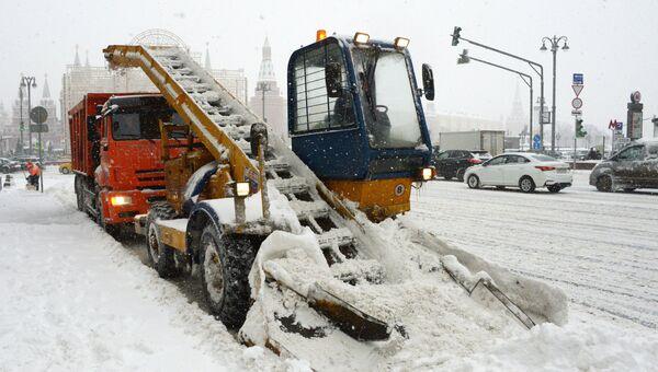 Снегоуборочная техника коммунальных служб во время уборки снега на Тверской улице в Москве. 4 февраля 2018