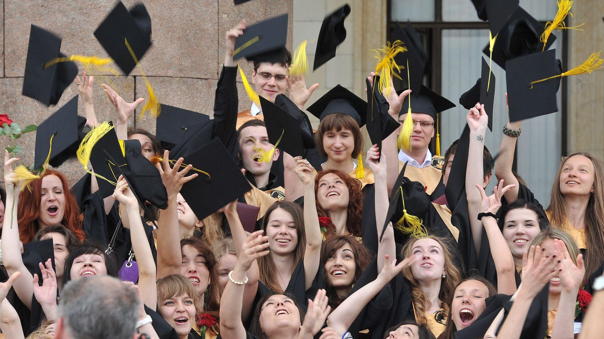 Выпускники университета после церемонии вручения дипломов - РИА Новости, 1920, 05.04.2021