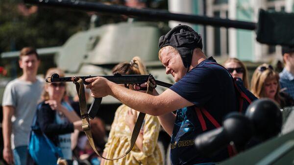 На выставке исторической военной техники на Дворцовой площади в Санкт-Петербурге