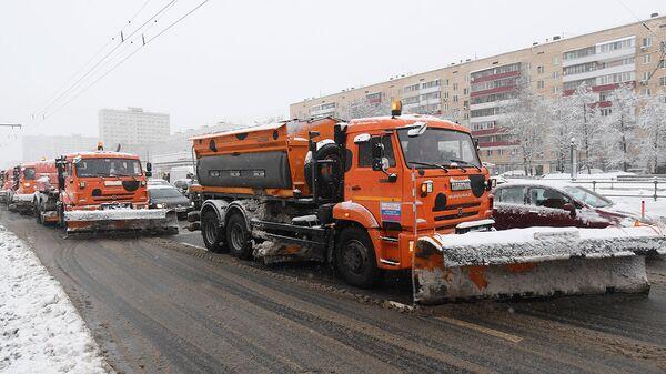 Снегоуборочная техника коммунальных служб во время уборки последствий снегопада в Москве. Архивное фото
