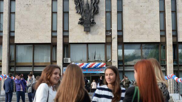 Студенты у здания Московского государственного института международных отношений (МГИМО)