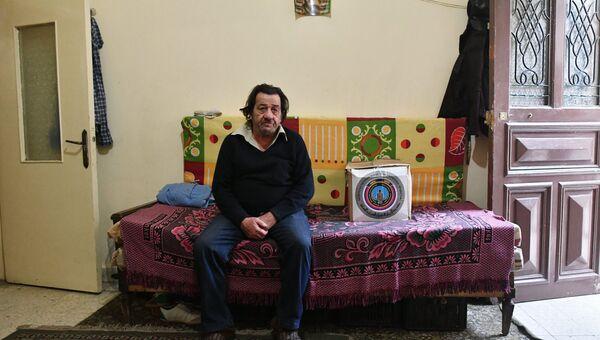 Мужчина в доме поблизости с палаточном лагерем для сирийских беженцев долине Бекаа в Ливане