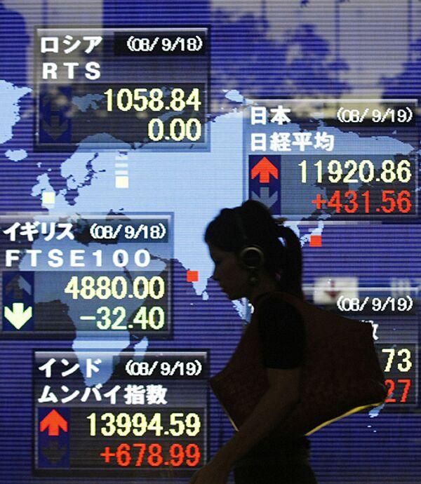Показатели индекса Nikkei на электронном экране в Токио