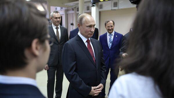 Президент РФ Владимир Путин во время встречи со студентами в Институте ядерной физики имени Г. И. Будкера в Новосибирске. 8 февраля 2018