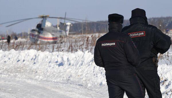 Сотрудники полиции на месте крушения Ан-148 в Раменском районе