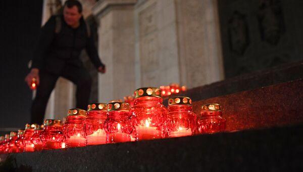 Участник акции памяти о жертвах крушения самолета Ан-148 Саратовских авиалиний в Подмосковье