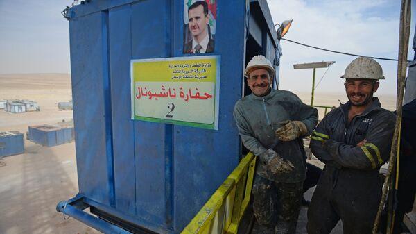 Рабочие на буровой установке по добыче газа к юго-востоку от Хомса
