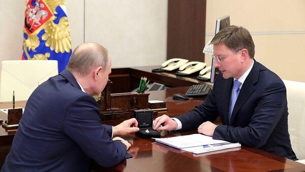 Владимир Путин во время встречи с генеральным директором акционерной компании «АЛРОСА» Сергеем Ивановым. 13 февраля 2018