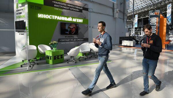 Стенд российского международного многоязычного информационного телеканала RT во время подготовки стендов к выставке в рамках Российского инвестиционного форума в Сочи. 14 февраля 2018