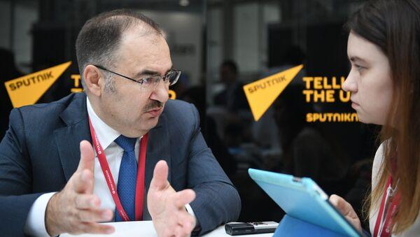 Председатель правления Пенсионного фонда РФ Антон Дроздов во время интервью в студии радио Sputnik на Российском инвестиционном форуме в Сочи. 15 февраля 2018