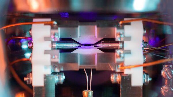 Фотография одиночного атома, заточенного в ионной ловушке в лабораториях Оксфордского университета