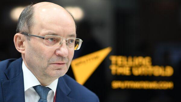 Александр Мишарин во время интервью в студии радио Sputnik на Российском инвестиционном форуме в Сочи