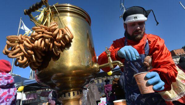 Участник праздничной ярмарки Широкой Масленицы на центральной площади Владивостока. 17 февраля 2018