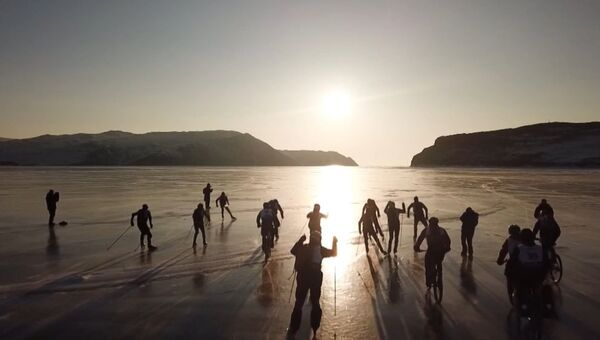 Экстремалы на коньках, лыжах и велосипедах устроили гонку по льду Байкала