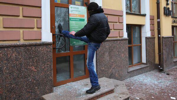 Радикал громит здание Сбербанка в Киеве. 18 февраля 2018