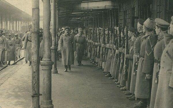 Офицерский караул встречает генерала Антона Деникина на вокзале Ростова-на-Дону. 1919 год