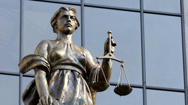 Статуя древнегреческой богини правосудия Фемиды на фасаде здания суда