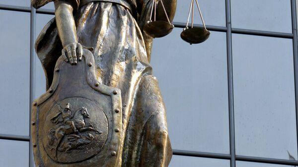 Статуя древнегреческой богини правосудия Фемиды на фасаде здания Верховного суда РФ