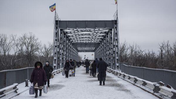 Люди в районе временного пункта пропуска Станица Луганская между Украиной и Луганской народной республикой