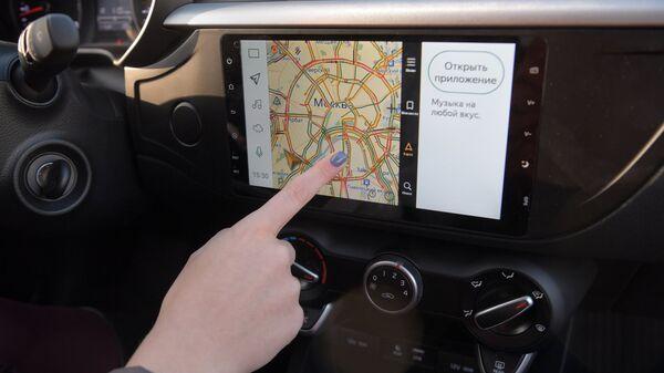 Экран навигатора в автомобиле