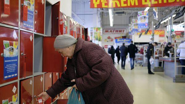 Покупательница у камеры хранения в магазине сети Магнит