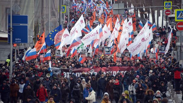 Участники марша в память о политике Борисе Немцове в Москве