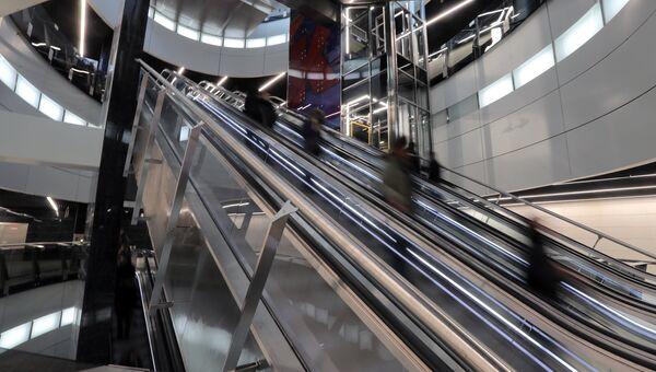 Эскалаторы в вестибюле станции Московского метрополитена. Архивное фото