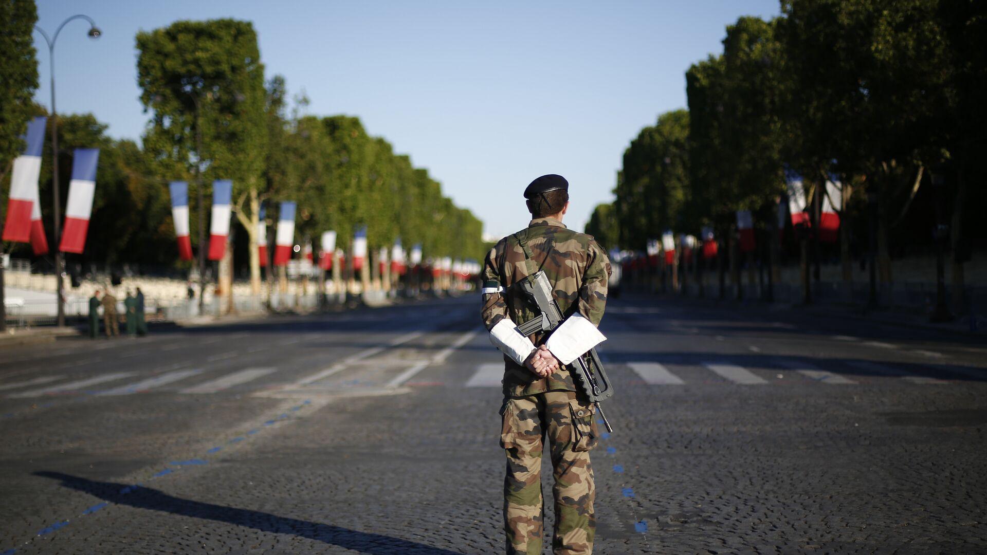 Французский солдат во время военного парада в День взятия Бастилии в Париже  - РИА Новости, 1920, 10.05.2021