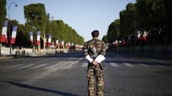 Французский солдат во время военного парада в День взятия Бастилии в Париже