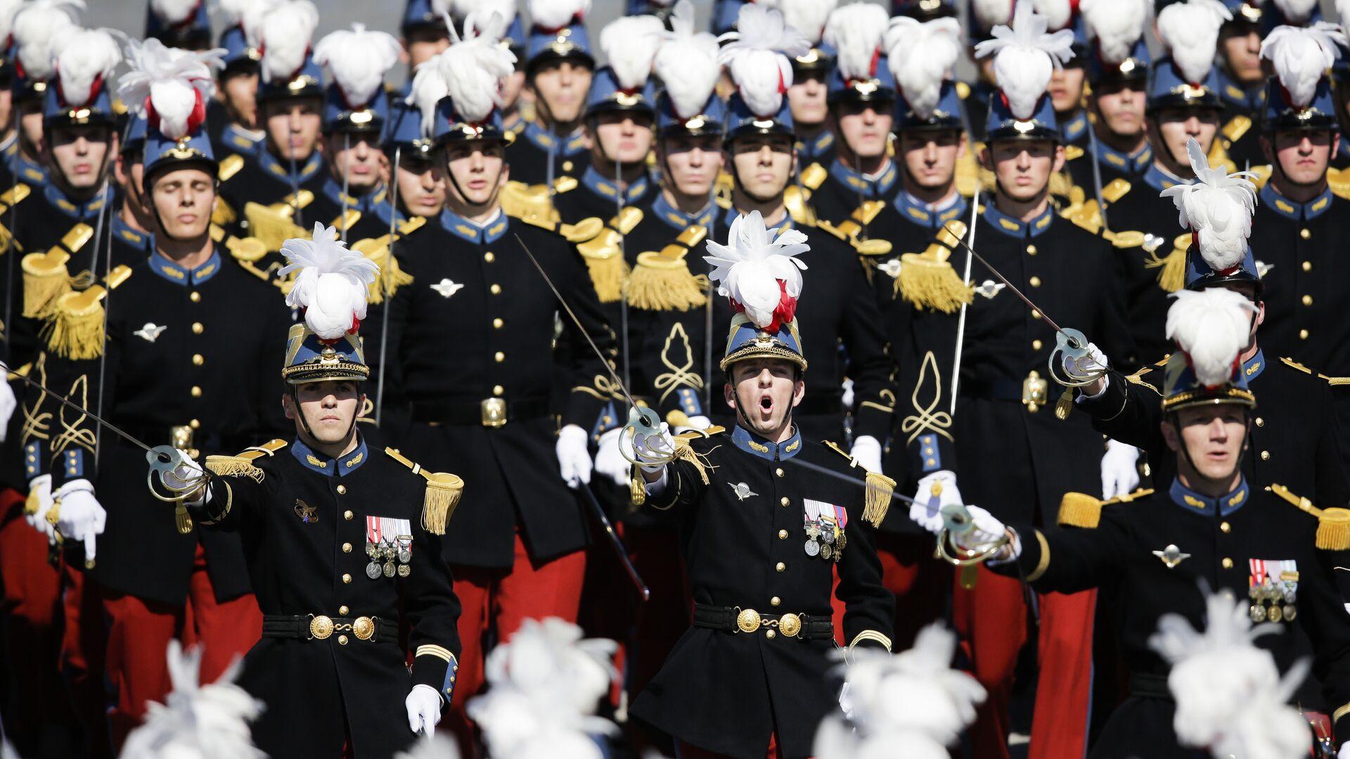Французские солдаты во время военного парада в День взятия Бастилии в Париже  - РИА Новости, 1920, 10.05.2021