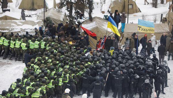 Сотрудники полиции и сторонники Михаила Саакашвили у здания Верховной рады в Киеве, Украина. 27 февраля 2018