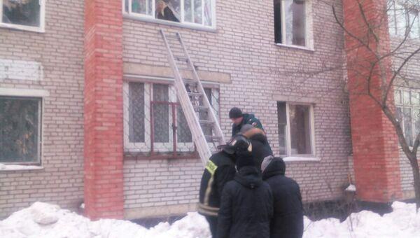 Сотрудники МЧС на месте пожара в городском поселении Раменское на улице Кирова. 1 марта 2018