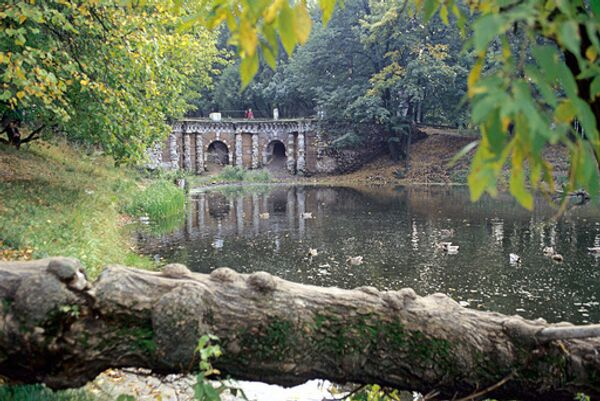 Грот в Лефортовском парке Москвы. Архив