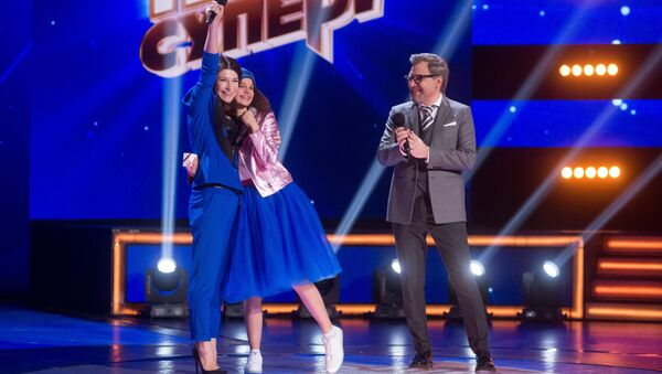 Участница вокального конкурса Ты супер! Александра Тарненок и актриса Екатерина Волкова на съемках